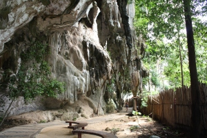 Bizarre Karstfelsenlandschaft auf dem Weg zum traumhaften Hat Phra Nang